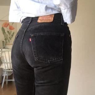 Snygga Levi's jeans! De sitter som en smäck och är i bra skick! De är lite urtvättade i färgen, därav det billiga priset. Jag är vanligtvis typ S i byxor och de passar mig perfekt, men skulle nog även funka på mindre storlekar. Möts upp i Stockholm💕