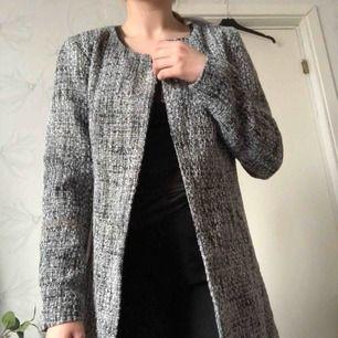 Aldrig använd. Köpt för 399. Väldigt skön kappa från Vila (Jacqueline de Young). Frakt tillkommer eller mötas i Karlstad