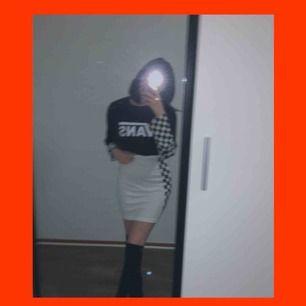världens snyggaste kjol som tyvärr är för stor :( står L på den men passar nog M och en större S också. den har checkered mönster på båda sidorna! frakten är redan inräknat i priset :) kjolen är lite genomskinlig!