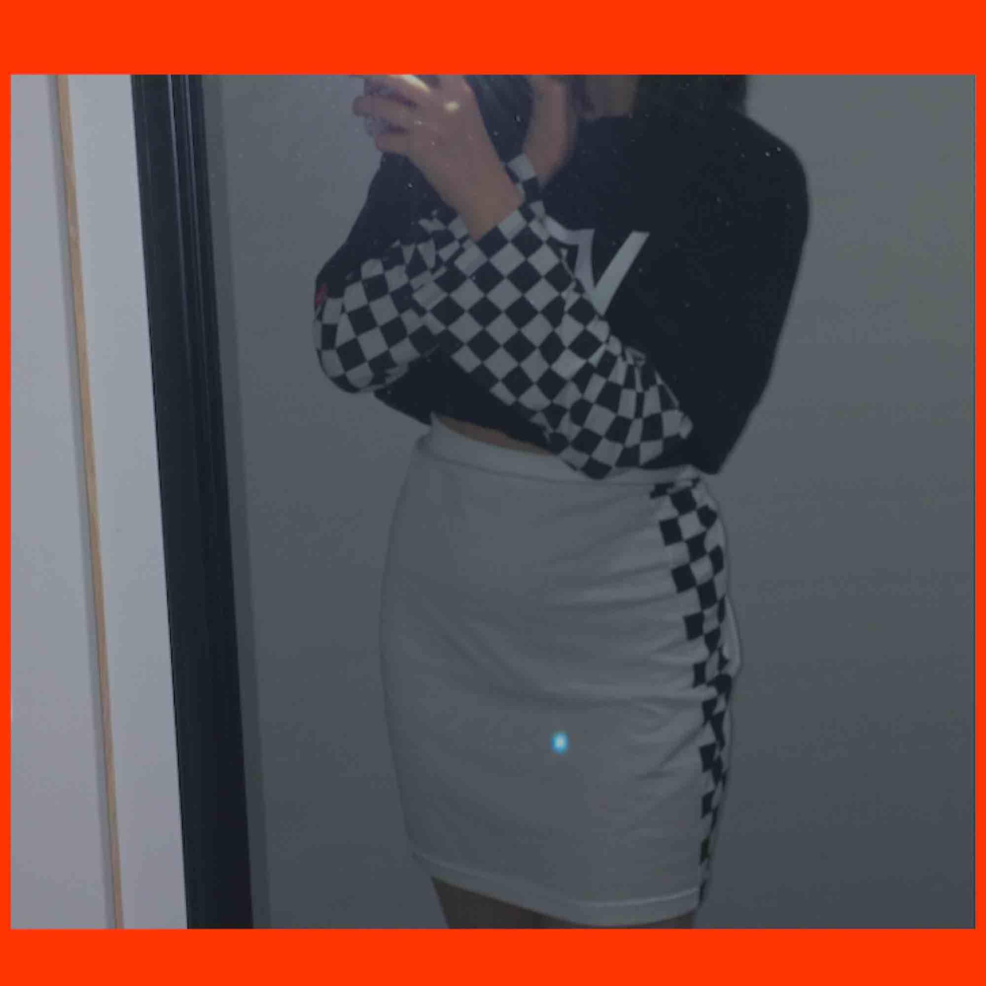 världens snyggaste kjol som tyvärr är för stor :( står L på den men passar nog M och en större S också. den har checkered mönster på båda sidorna! frakten är redan inräknat i priset :) kjolen är lite genomskinlig!. Kjolar.