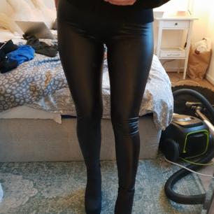 Läderinspirerade tights