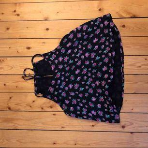 Linne med rosor ifrån forever21 i storlek L. Linnet är lite kortare i modellen. Använd endast 2 gånger.  Finns i skärblacka men kan mötas upp i Norrköping. Hund finns i hem. Frakt tillkommer.