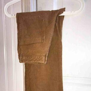 Bruna populära manchesterbyxor från Indiska. Köpt för 500kr. Bra skick, inget trasigt, inga fläckar. Mellan-hög midja sitter snyggt över rumpan, tight upptill och stuprörsmodell i ben.☺️☺️