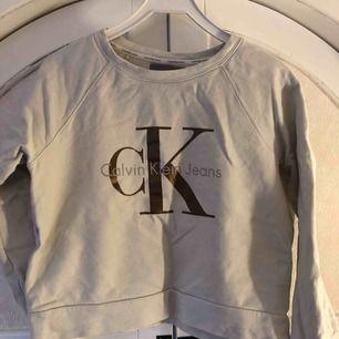 Sparsamt använd CK-tröja i storlek M.  Finns i skärblacka men kan mötas upp i Norrköping. Hund finns i hem. Frakt tillkommer.