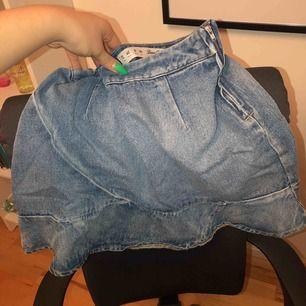 Svinsnygg jeanskjol från oklart märke, volang utmed hela nedre kanten. Passar nog en 38 skulle jag säga, ingen stretch i midjan.
