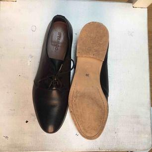 Bianco-skor, använda några gånger. Lite slitna vid klacken på hälen annars hela och rena!   150 plus frakt