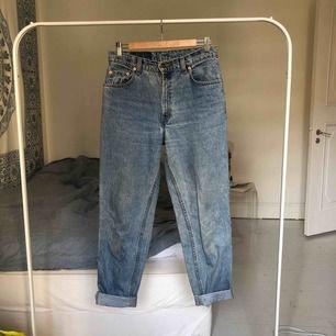 Levi's jeans köpta på beyond retro för 400kr använda fåtal gånger. Kan mötas upp på Södermalm i Stockholm, kan även frakta :) köparen står för frakt
