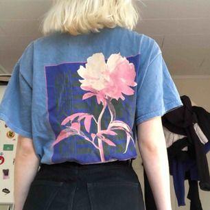 Ljusblå tshirt med fint tryck från urban outfitters, väldigt oversized, köpt för 350