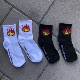 Säljer dessa oanvända strumporna med flammor på. Dom är små i storleken så passar dig med skostorlek under 40. Säljer båda paren för 30. <3