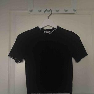 T-shirt i stretshigt ribbat tyg från zara som passar till det mesta. Väl använd men i mycket gott skick! Möts upp i stockholm eller fraktar då köparen betalar ev. Fraktkostnad💛