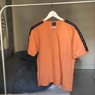 Orange färgad t-shirt från märket asics. Köpte från humana och använd fåtal ggr. Kan mötas upp på Södermalm i Stockholm eller frakta :) köparen står för frakt
