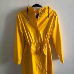 Gul regnjacka från BikBok som är använd typ en eller två gånger. Köpt för 600 kr. Köparen står för frakt 💗:)
