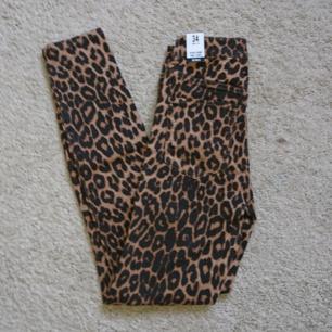 Tajta Leopard jeans från zara, helt nya! Storlek 34. Frakt 27kr betalning via swish