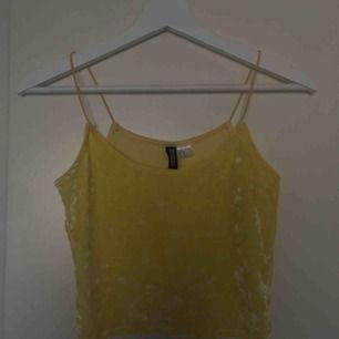 Skitgulligt gult linne i sammet från h&m! Möts upp i stockholm eller fraktar mot fraktkostnad, kolla gärna in mina andra annonser💛