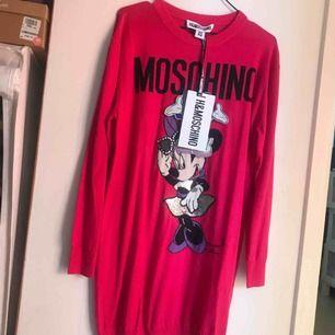 BUD PÅ TRADERA! Aldrig använd Moschino [TV] H&M klänning i rosa. Klänning i 100% ull. Slutsåld på direkten både i butik och online, lapparna är kvar och har bara hängt i min garderob.i Köpt för nypris 999kr.