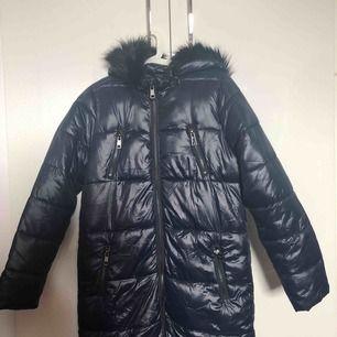 En skitfin vår jacka som är lång och så bekväm och väldigt mjuk sittande. Köptes för 1799kr i Oslo, Norge och ganska känd i Oslo och den är aldrig använd!❤️ Du kommer inte ångra dig när du köper jackan!