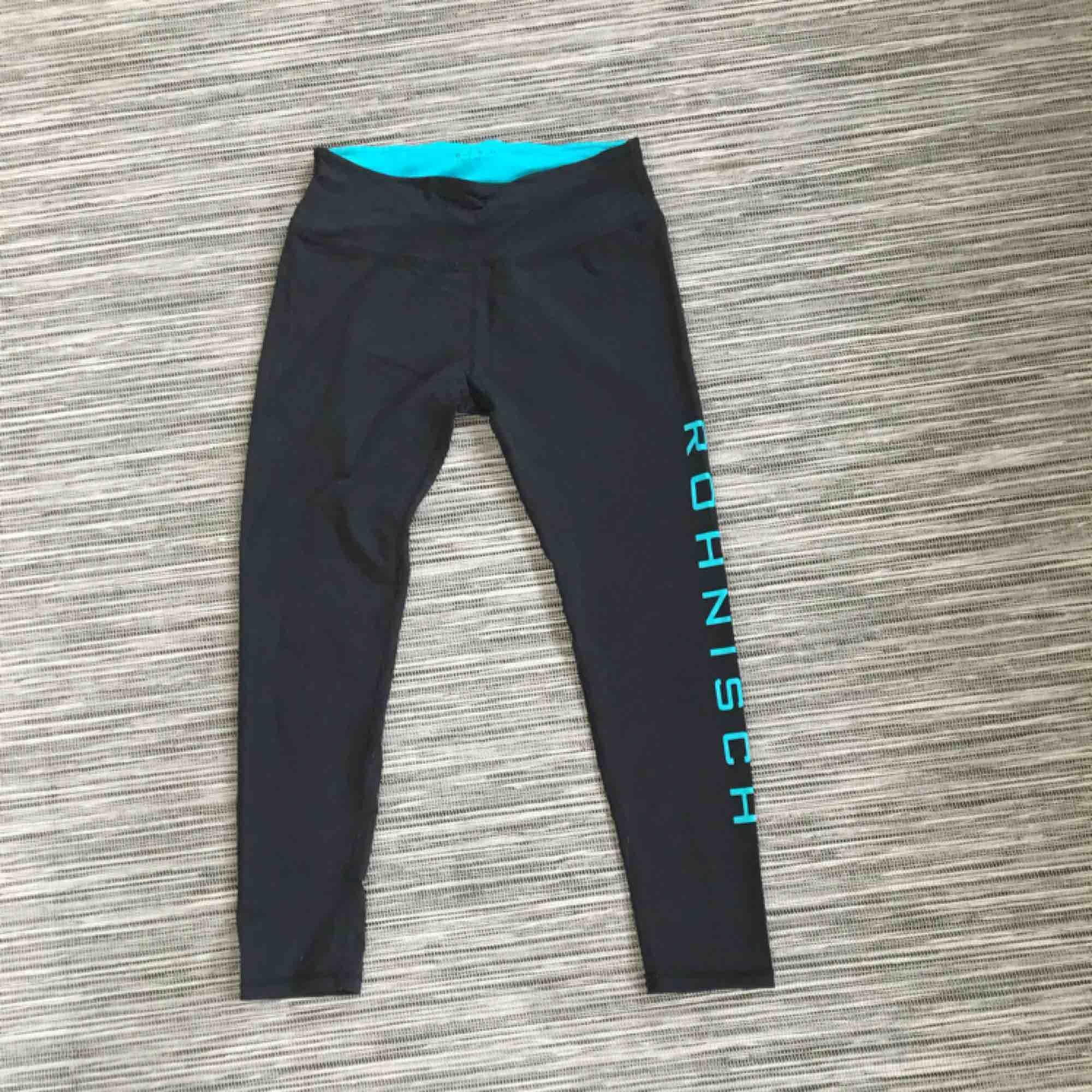 Svarta tränings-tights från rönisch. Grön/blå logga på vänstra benet. Väldigt sparsamt använda.  . Jeans & Byxor.