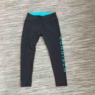 Svarta tränings-tights från rönisch. Grön/blå logga på vänstra benet. Väldigt sparsamt använda.