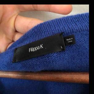 Kornblå tröja i 100 % ull från Filippa K. Storlek L men passar mig som är M. Fina detaljer på armbågarna. Den är helt i nyskick då jag använt den två gånger.