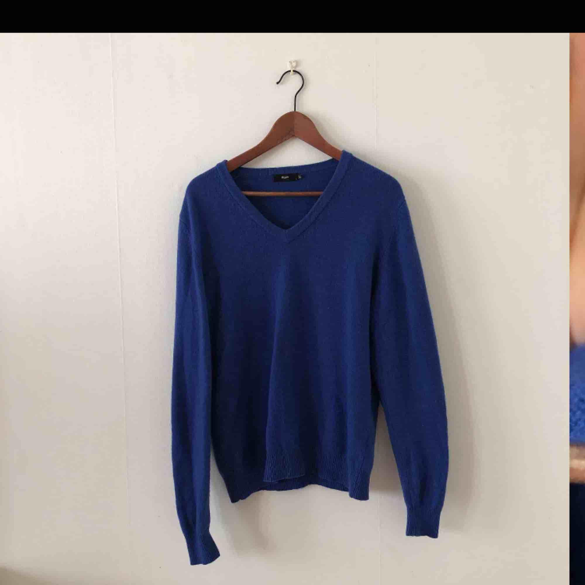 Kornblå tröja i 100 % ull från Filippa K. Storlek L men passar mig som är M. Fina detaljer på armbågarna. Den är helt i nyskick då jag använt den två gånger. . Tröjor & Koftor.
