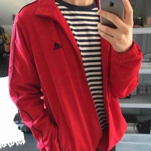Adidas jacka, ganska tunn så bäst som vår/sommar jacka. Står storlek L på men är lite mindre, mer som M. Bra att användas som oversized för S. Möts i Örebro eller så står köparen för frakt!