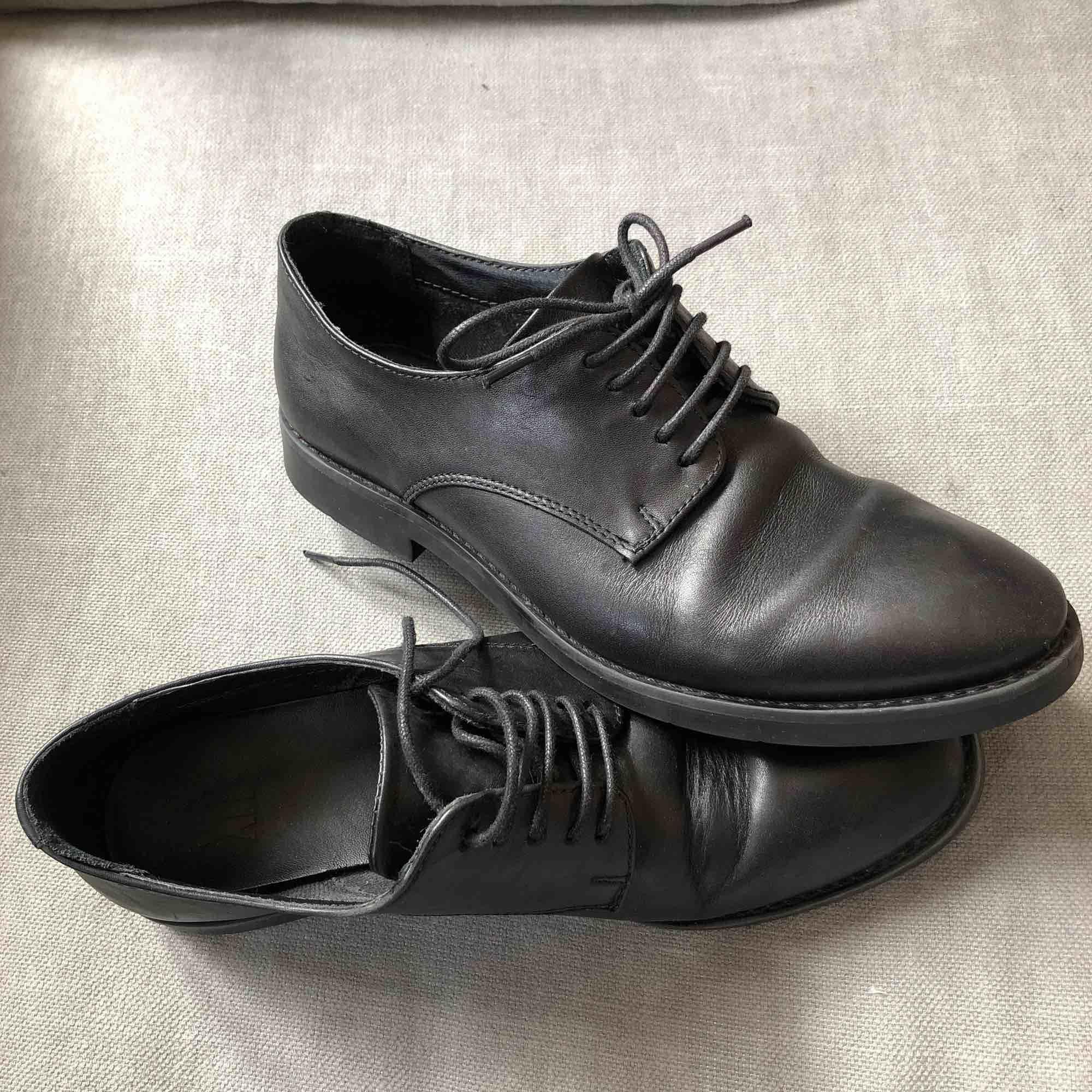 Svarta läderskor i storlek 39, passar även bra på mig som har 38-38,5 i storlek. Väldigt bekväma att ha på sig länge. Köptes för ca 2 år sedan, nästan bara använd inomhus i kontor så därav fortfarande väldigt bra skick. . Skor.
