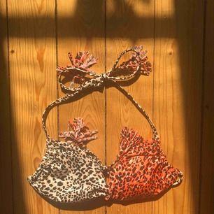 Bikiniöverdel i leopardmönster!! Jättebra skick då den endast är använd ett fåtal gånger