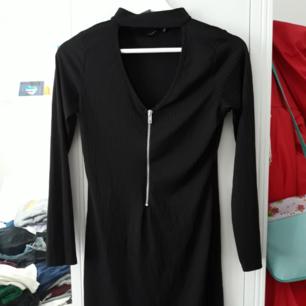 Säljer denna jättesexiga klänning med choker från Boohoo eftersom den är liite för tajt för mig. Köparen står för frakten men jag kan mötas upp i Kalmar området. Hör av dig om du är intresserad eller har frågor !! :D