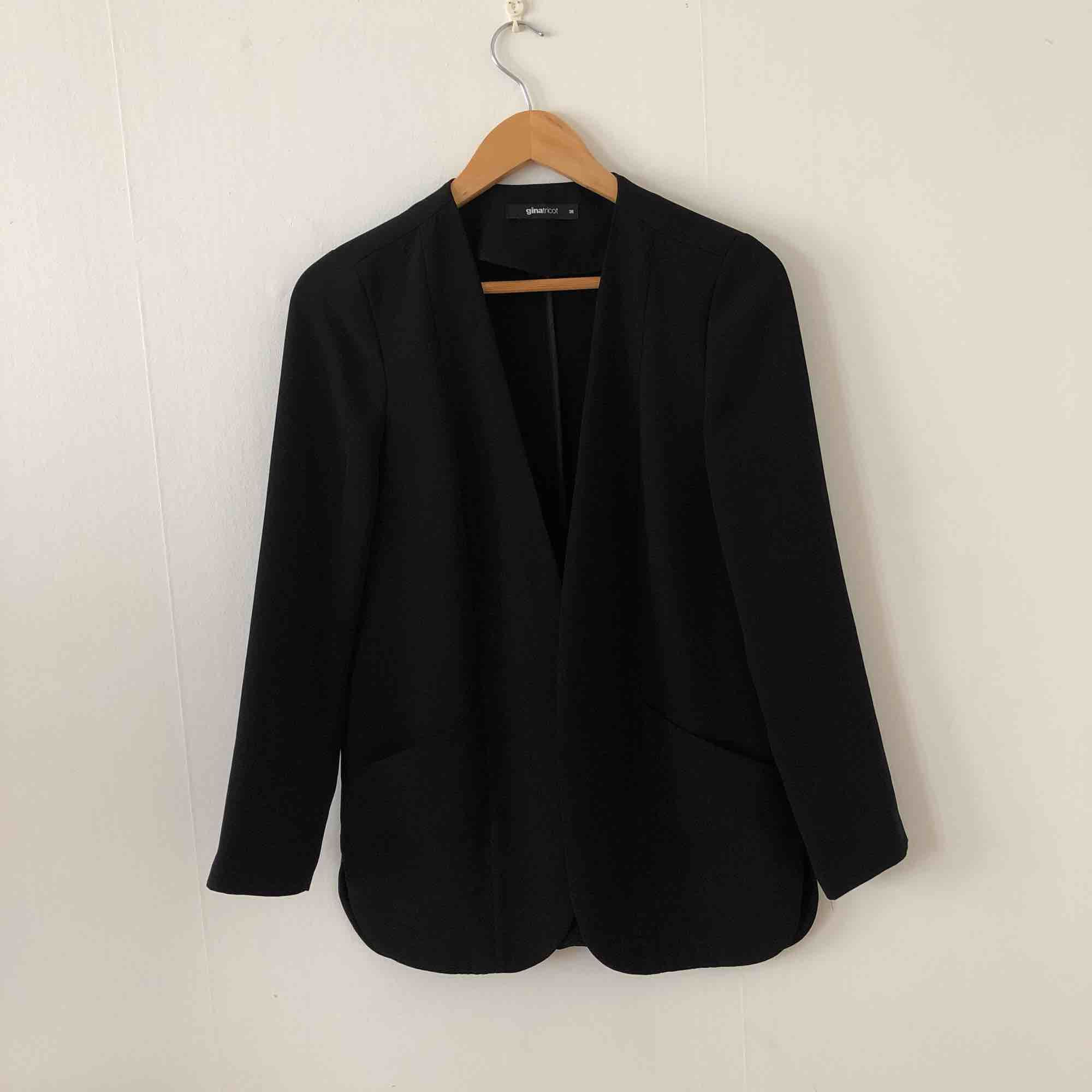Väldigt enkel och skön kavaj i storlek 38 med fickor. Längd: till mitt på höfterna på mig som är 173 cm. Kostymer.