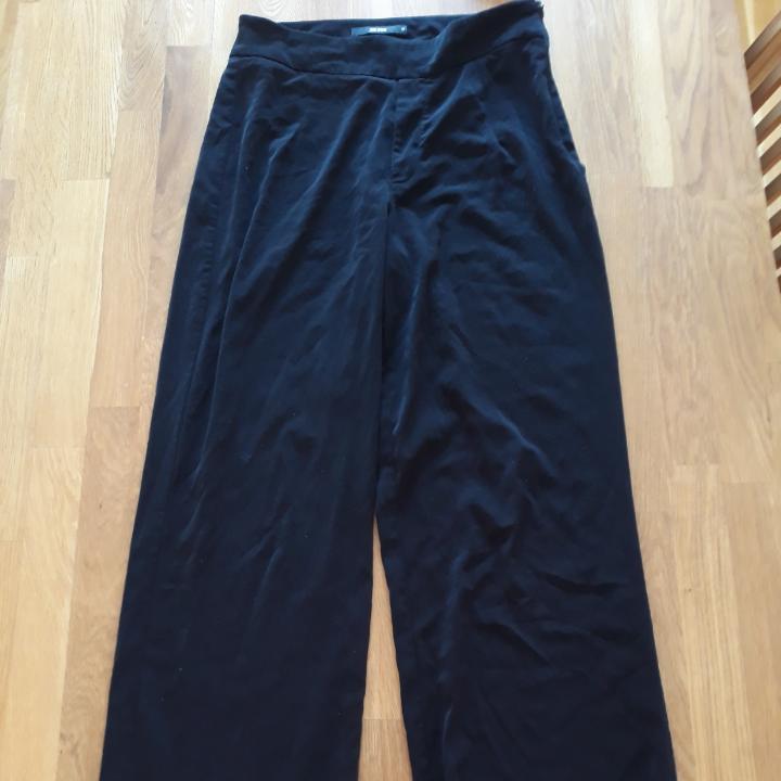 Säljer dessa fina byxor från Bikbok eftersom de inte längre kommer till användning. Köparen står för frakten men jag kan mötas upp i kalmar området. Hör av dig om du är intresserad eller har frågor!! :D. Jeans & Byxor.
