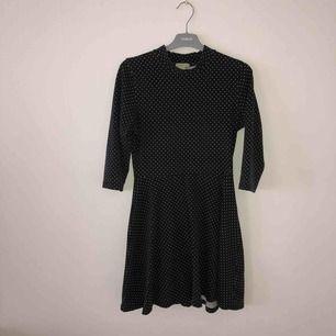 Svart-vitprickig klänning från Forever 21. Armarna är i 3/4-längd