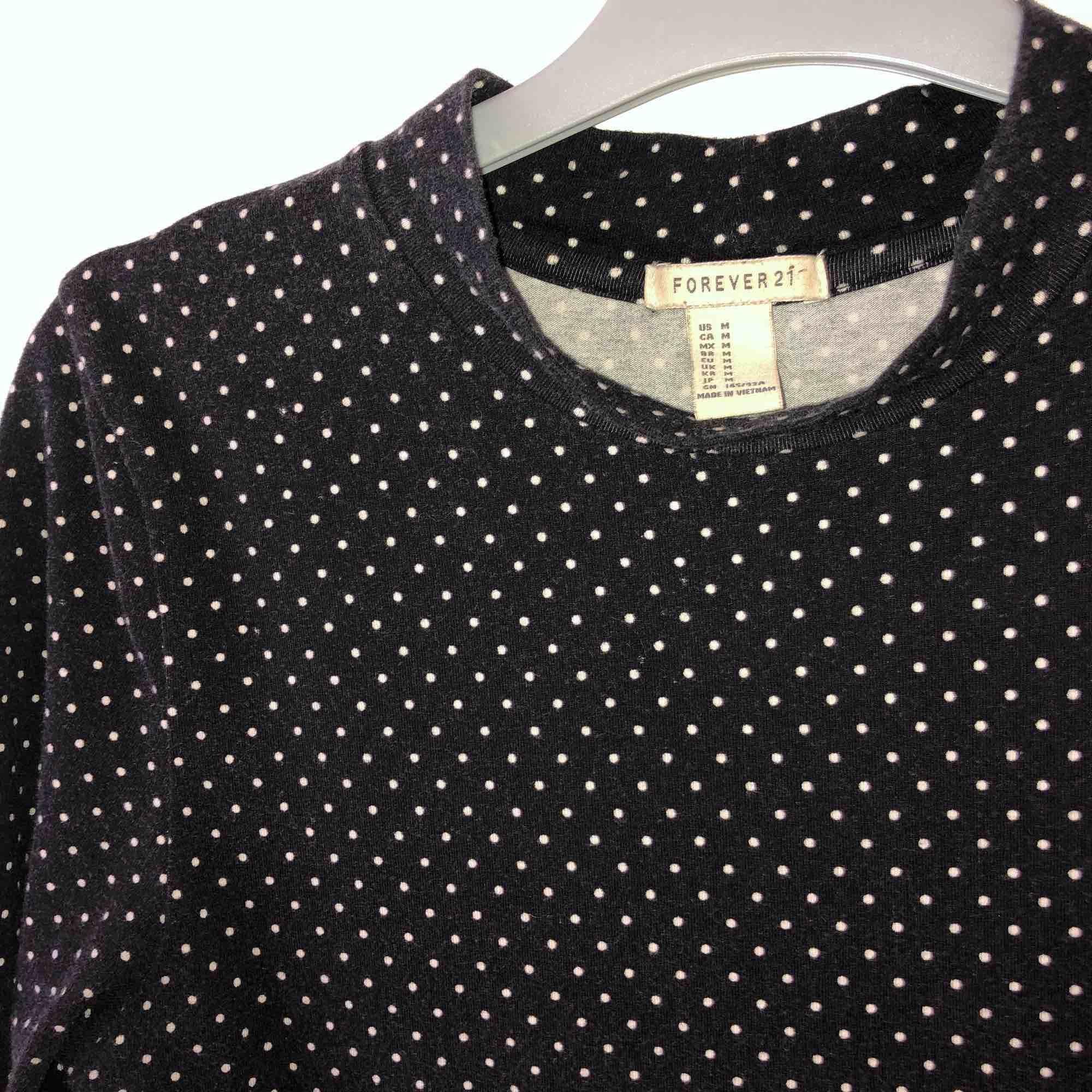 Svart-vitprickig klänning från Forever 21. Armarna är i 3/4-längd . Klänningar.