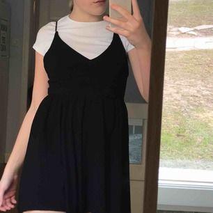Svart jumpsuit som ser ut som en klänning med korsade band i ryggen från Zara. Köparen står för frakt :) skriv om du har några frågor :)