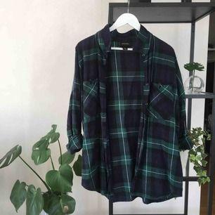 Stor och härlig skjorta, ärmarna är upprullade på bild men går att tas ner! Har du möjlighet att ses i Stockholm innerstad har du förtur 🌟