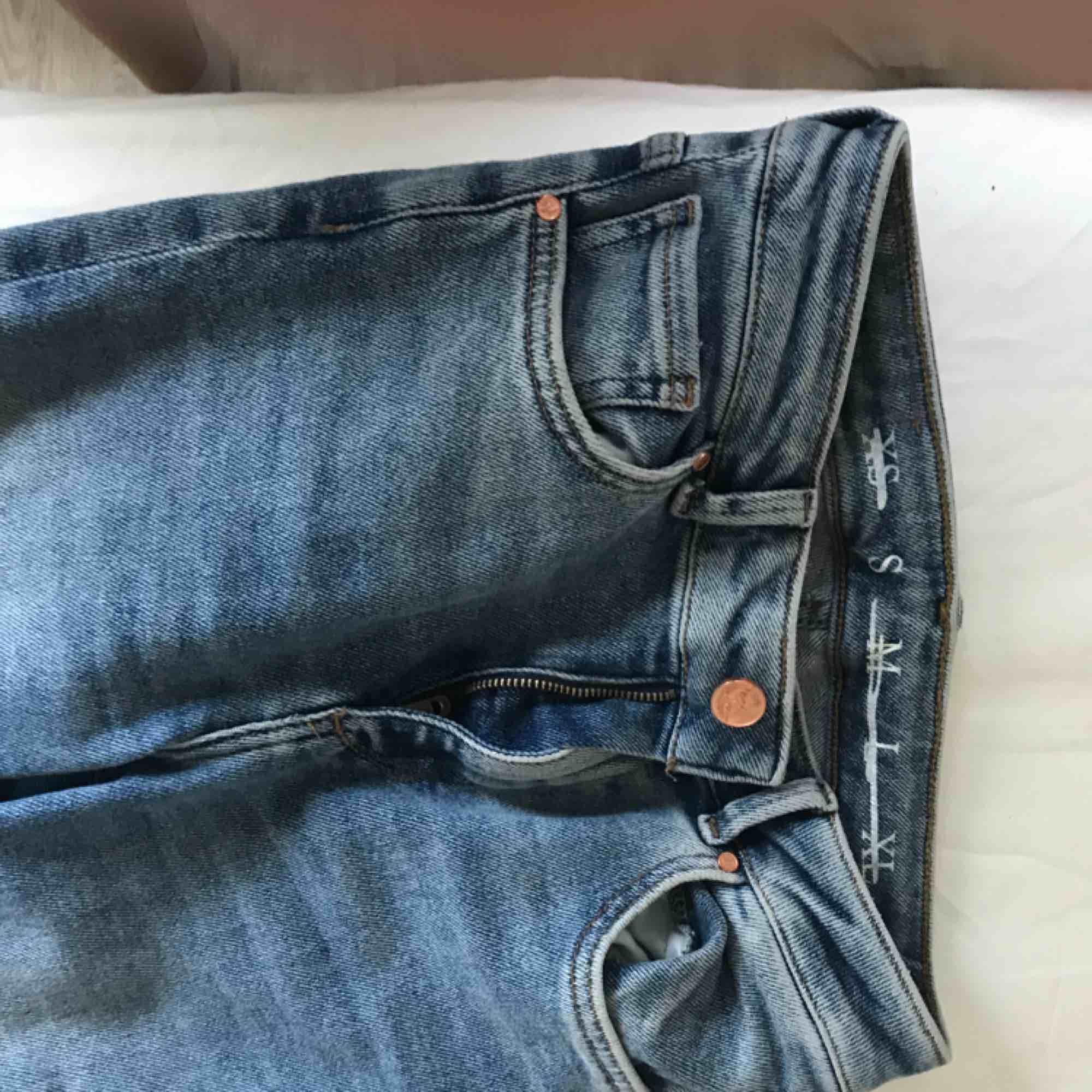 Helt nya jeans från bikbok, nypris 700kr. Superstretshiga och sköna!! Endast andvända en gång. Skriv för fler bilder:)). Jeans & Byxor.