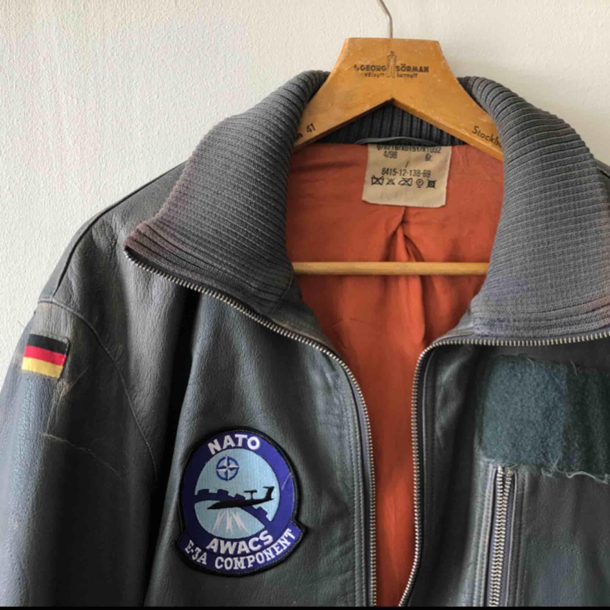 Västtysk stridspilot-jacka från 80-talet. Skinjacka. Väl använd och snyggt sliten. Sitter bra som large men funkar även som oversize. Äkta såklart! . Jackor.