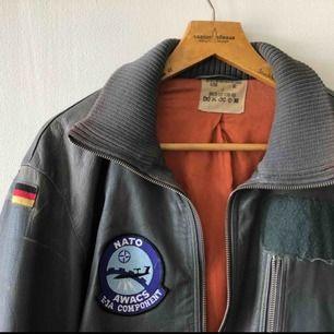 Västtysk stridspilot-jacka från 80-talet. Skinjacka. Väl använd och snyggt sliten. Sitter bra som large men funkar även som oversize. Äkta såklart!