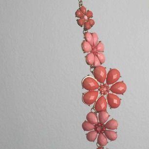 jättesött halsband i blom motiv med guld accents! 🌸☺️  köpare står för frakt 💓