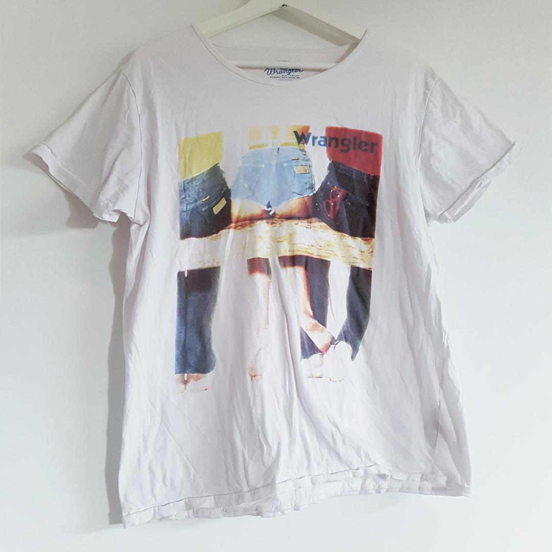 Superfin Wrangler T-shirt med en snyggt sliten look (ska vara så, alltså ej tvättpåverkad). . T-shirts.
