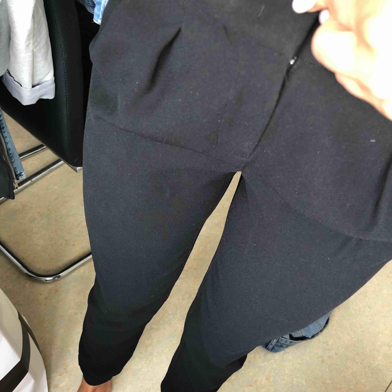 Kostymbyxa med mudd nertill, storlek 4 som en normal 36, ord 1699. Jeans & Byxor.