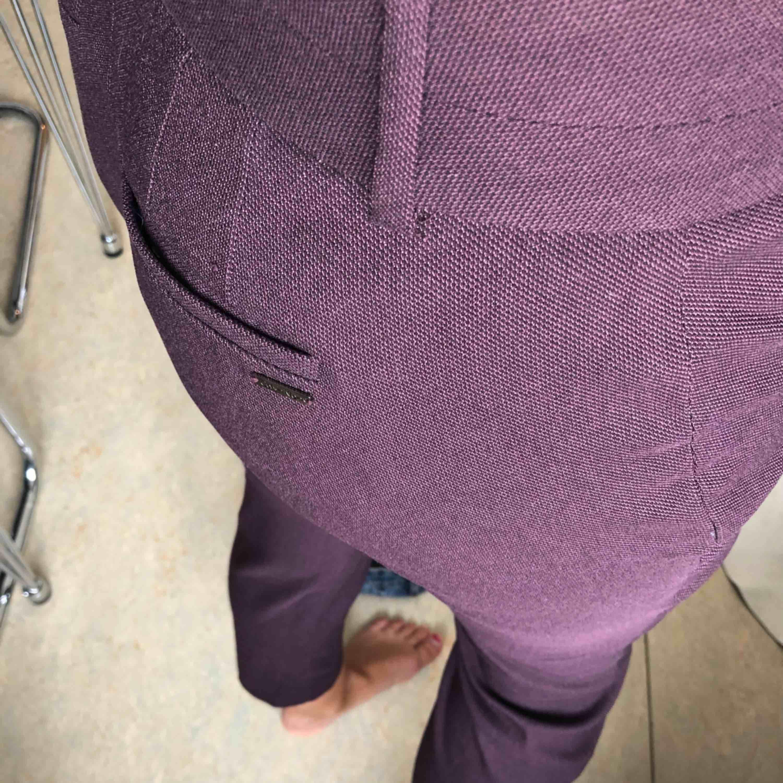 Kostymbyxa vinröd storlek 4, =36 ordinarie pris 1299. Jeans & Byxor.