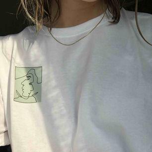 T-shirt av @semi.uf. Finns i storlekarna s-xl, bär en M på bilden. Tröjan är unisex och för varje köpt tröja skänks 20kr till organisationen Mind 💘💘 Frakt på 50kr