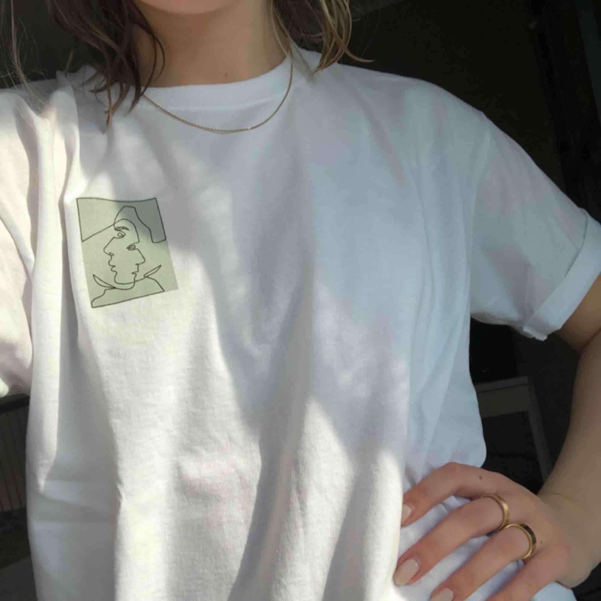 T-shirt av @semi.uf. Finns i storlekarna s-xl, bär en M på bilden. Tröjan är unisex och för varje köpt tröja skänks 20kr till organisationen Mind 💘💘 Frakt på 50kr. T-shirts.