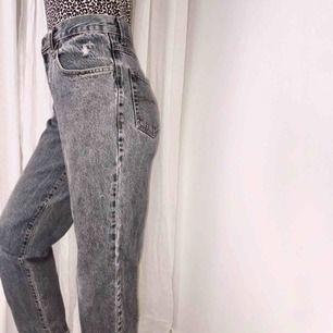 sköna grå mom-jeans med slitna detaljer. Super bra kvalité som passar XS-S.