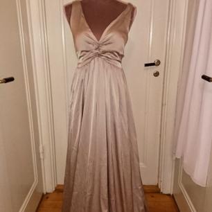 Ny balklänning med lappen kvar från nelly, superfint glansigt champange/beige material. Storlek 34. 36kr i frakt betalning via swish