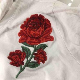 Fin tröja med rosor. Lite tight. Ny pris 99kr men oanvänd.