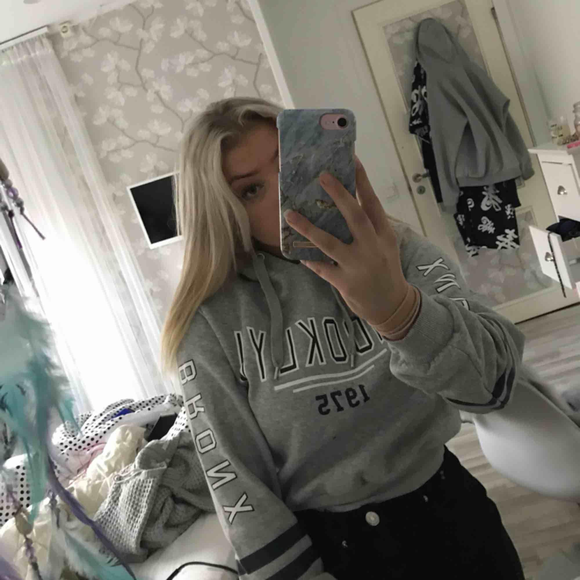 Croppad grå hoodie med luva och snören, andvänd några få gånger och säljs därför väldigt billigt💞. Huvtröjor & Träningströjor.