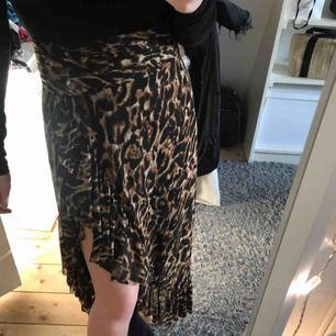 En fin leopardkjol från NA-KD. Storlek XS men passar högre storlekar också då man knyter midjan med ett band. Använd ett få antal gånger i somras så i jättefint skick! Köparen står för frakten🖤