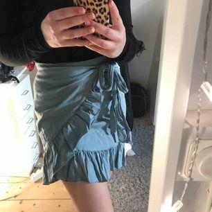 Kjol från NA-KD i storlek 34. Inte alls använd mycket och därför är kjolen i jättebra skick! Köparen står för frakten🖤