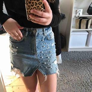 En jättefin kjol från Zara i storlek S. Inte använd mycket utan bara några gånger i sommar. Kjolen är i jättefint skick! Köparen står för frakten🖤